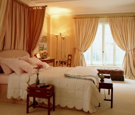 коричневый шторы в спальне